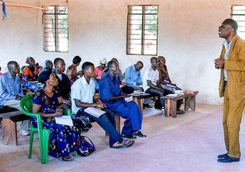 600600p8996EDNmainimg-Pfarrer-Tshibasu-Tansania-Friedensarbeit-Breitformat
